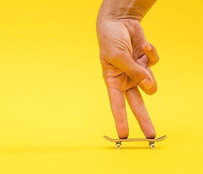 Conheça o skate de dedo